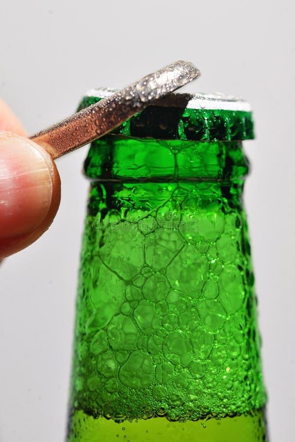 Μπουκάλι μπύρας ανοίγματος ατόμων στοκ εικόνες με δικαίωμα ελεύθερης χρήσης