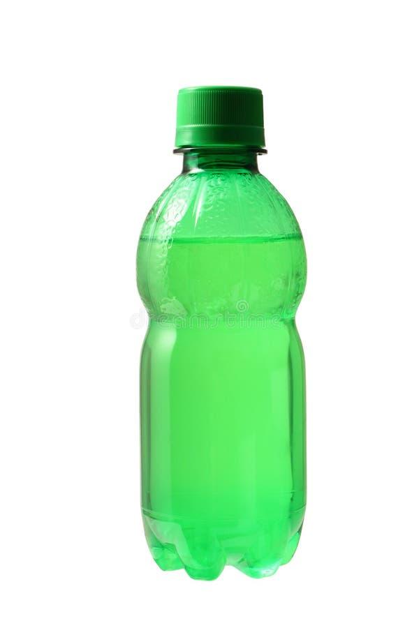 Μπουκάλι νερό που απομονώνεται πράσινο με το ψαλίδισμα της πορείας στοκ εικόνες