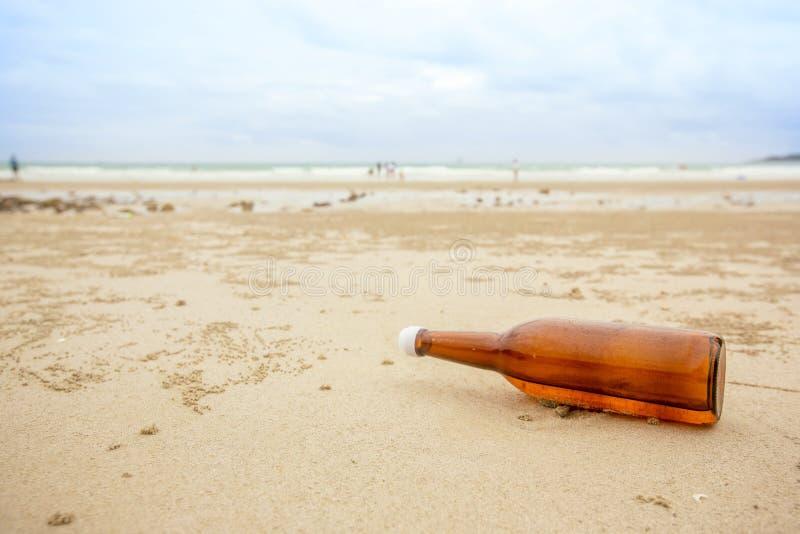 μπουκάλι στη θάλασσα και τον ουρανό παραλιών από το ξεπλυμένο θάλασσα μπουκάλι στην παραλία στοκ φωτογραφία με δικαίωμα ελεύθερης χρήσης