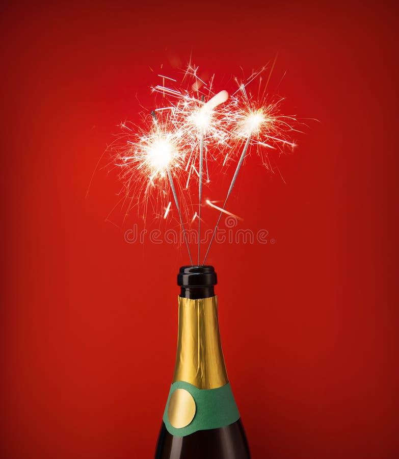 Μπουκάλι της σαμπάνιας με τα sparklers μέσα στοκ φωτογραφία με δικαίωμα ελεύθερης χρήσης