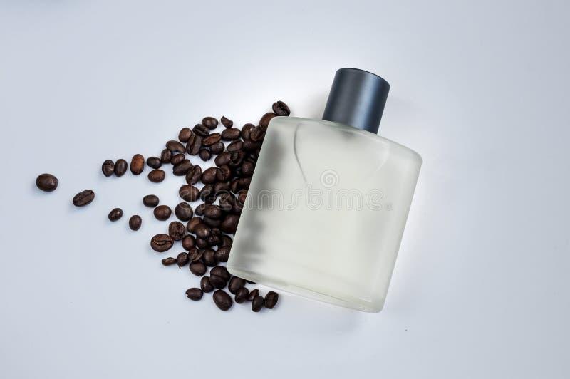 Μπουκάλι του αρσενικού αρώματος σε ένα γκρίζο υπόβαθρο στοκ εικόνες με δικαίωμα ελεύθερης χρήσης
