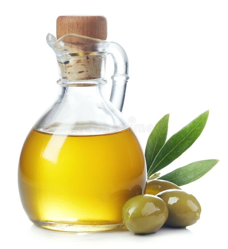 Μπουκάλι του ελαιολάδου και των πράσινων ελιών με τα φύλλα στοκ φωτογραφία με δικαίωμα ελεύθερης χρήσης