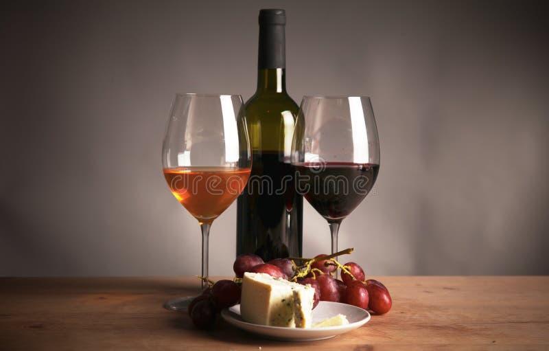 Μπουκάλι του κρασιού και του γυαλιού στον πίνακα στοκ εικόνες