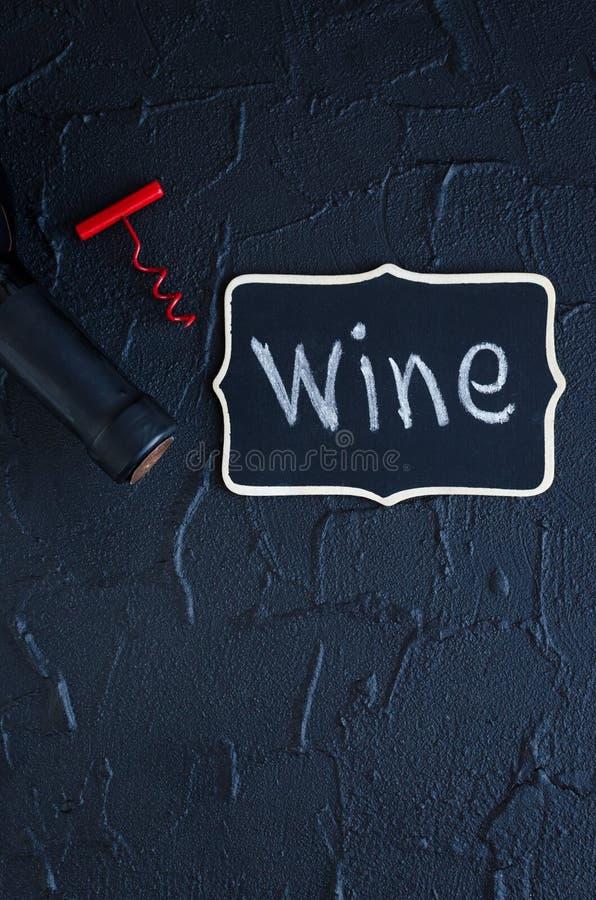 Μπουκάλι του κρασιού με το ανοιχτήρι στοκ φωτογραφίες