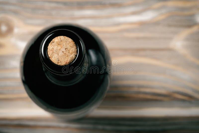 Μπουκάλι του κρασιού στον ξύλινο πίνακα στοκ εικόνες