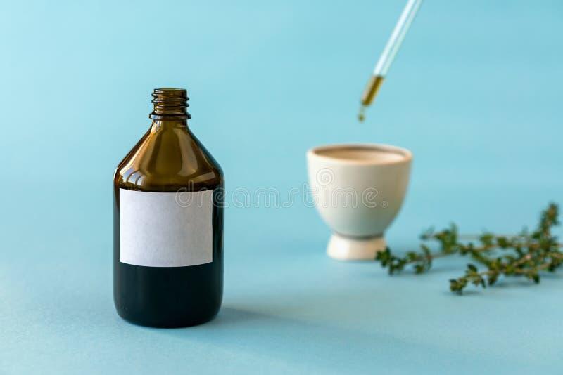 Μπουκάλι του πετρελαίου ομοιοπαθητικής με dropper στοκ εικόνες με δικαίωμα ελεύθερης χρήσης