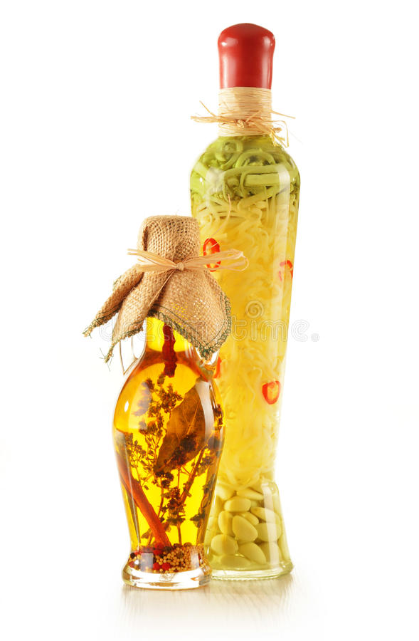 Μπουκάλι του πρόσθετου παρθένου ελαιολάδου με τα χορτάρια στοκ φωτογραφία με δικαίωμα ελεύθερης χρήσης