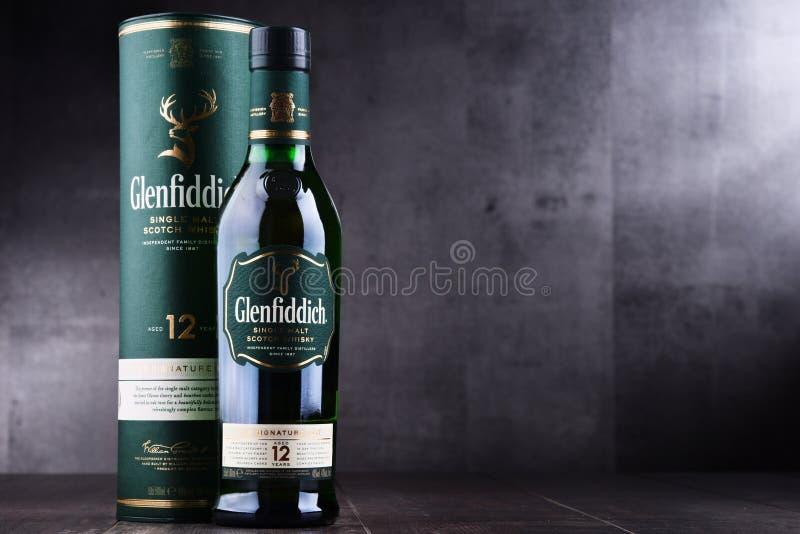 Μπουκάλι του σκωτσέζικου ουίσκυ ενιαίος-βύνης Glenfiddich στοκ εικόνα