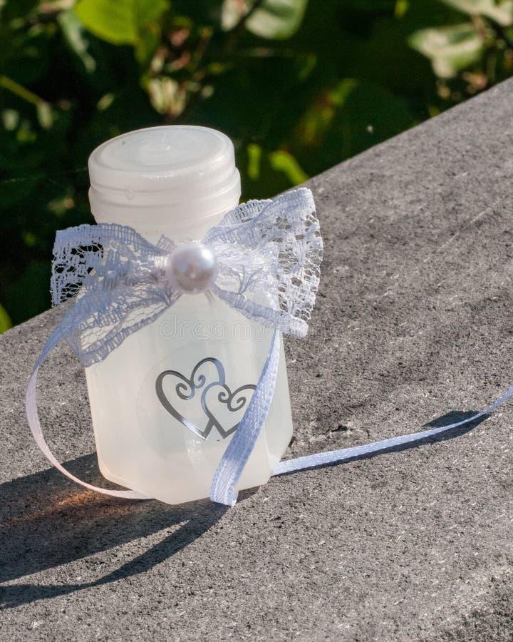 Μπουκάλι των φυσαλίδων για τη δεξίωση γάμου στοκ φωτογραφίες