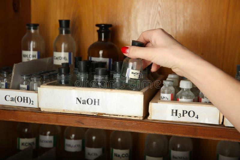 Μπουκάλι υδροξειδίου νατρίου υπό εξέταση στοκ εικόνα με δικαίωμα ελεύθερης χρήσης