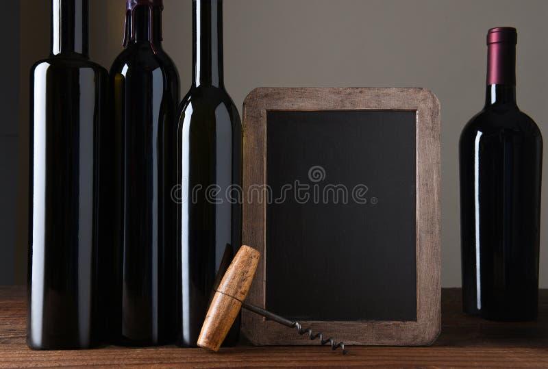 Μπουκάλια κρασιού και πίνακας κιμωλίας στοκ εικόνα με δικαίωμα ελεύθερης χρήσης