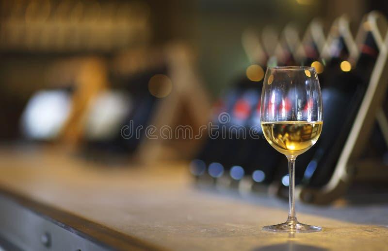 Μπουκάλια κρασιού σε ένα ξύλινο ράφι Φραγμός κρασιού στοκ εικόνες