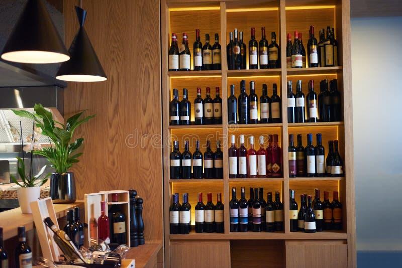 Μπουκάλια κρασιού σε ένα ξύλινο ράφι στοκ εικόνες