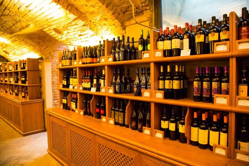 Μπουκάλια κρασιού στο αυθεντικό ιταλικό κελάρι κρασιού στοκ εικόνες