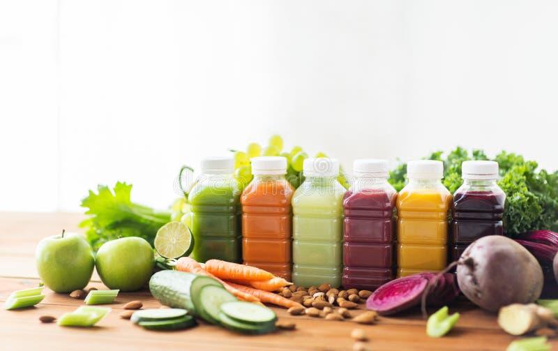 Μπουκάλια με τα διαφορετικά φρούτα ή τους φυτικούς χυμούς στοκ φωτογραφία με δικαίωμα ελεύθερης χρήσης