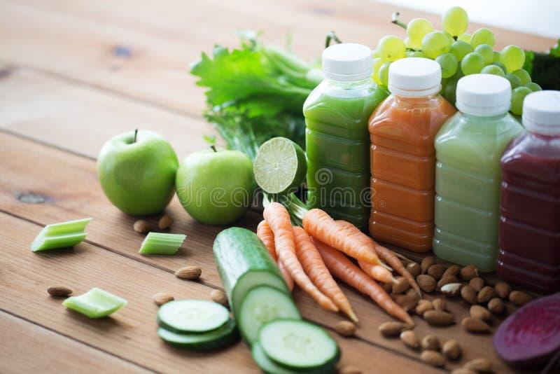 Μπουκάλια με τα διαφορετικά φρούτα ή τους φυτικούς χυμούς στοκ φωτογραφίες