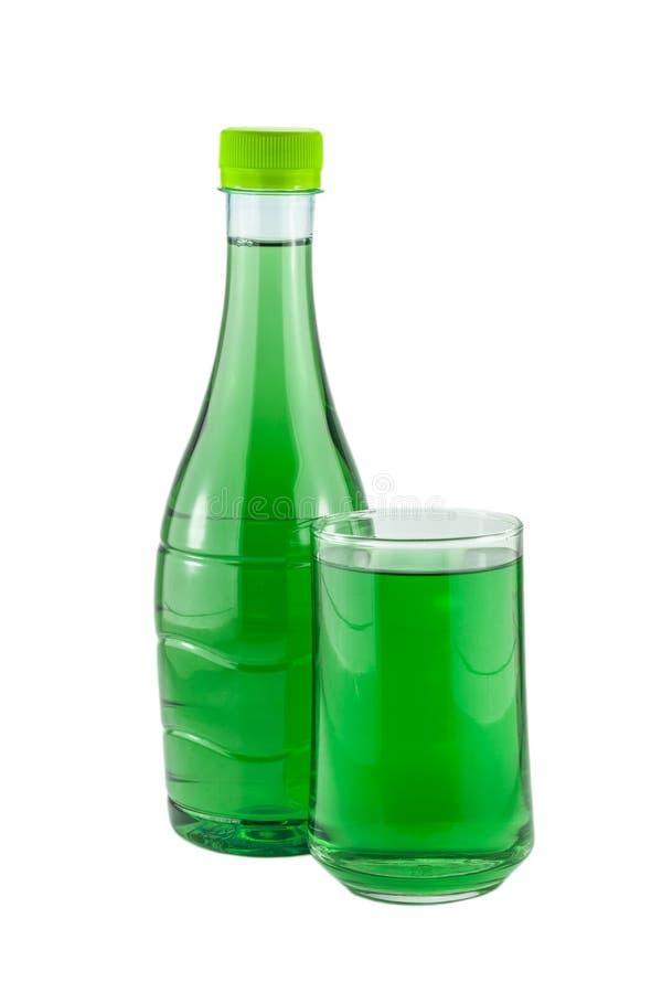 Μπουκάλια νερό και χλωροφύλλη γυαλιού στοκ φωτογραφίες με δικαίωμα ελεύθερης χρήσης