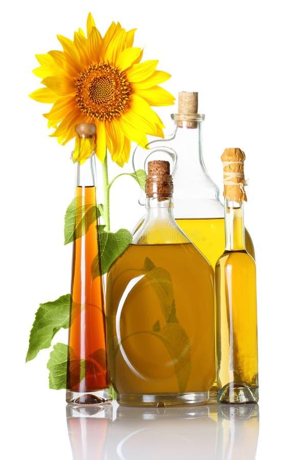 Μπουκάλια πετρελαίου και ηλίανθος που απομονώνονται στοκ εικόνα