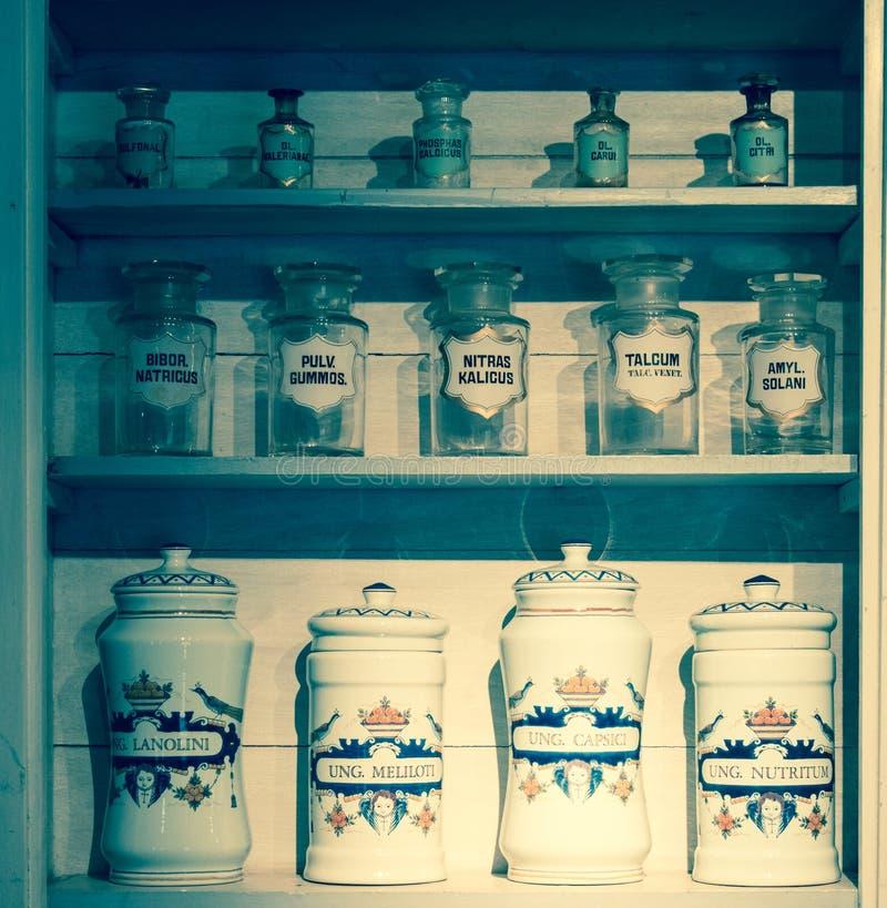 Μπουκάλια σε ένα παλαιό φαρμακείο στοκ φωτογραφία με δικαίωμα ελεύθερης χρήσης