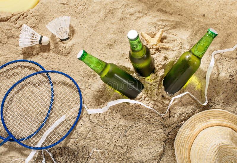 Μπουκάλια της κρύας ελαφριάς μπύρας με τα στοιχεία για την ψυχαγωγία παραλιών στοκ φωτογραφία με δικαίωμα ελεύθερης χρήσης