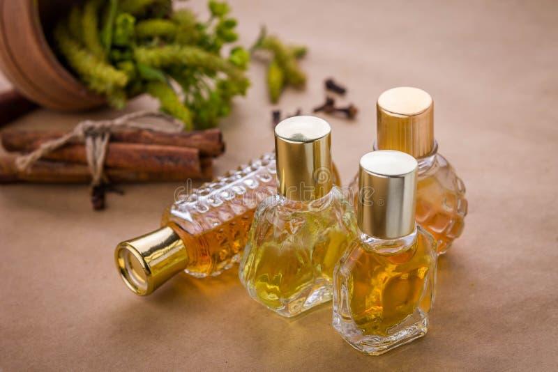 Μπουκάλια του αρώματος με τα συστατικά στοκ εικόνες