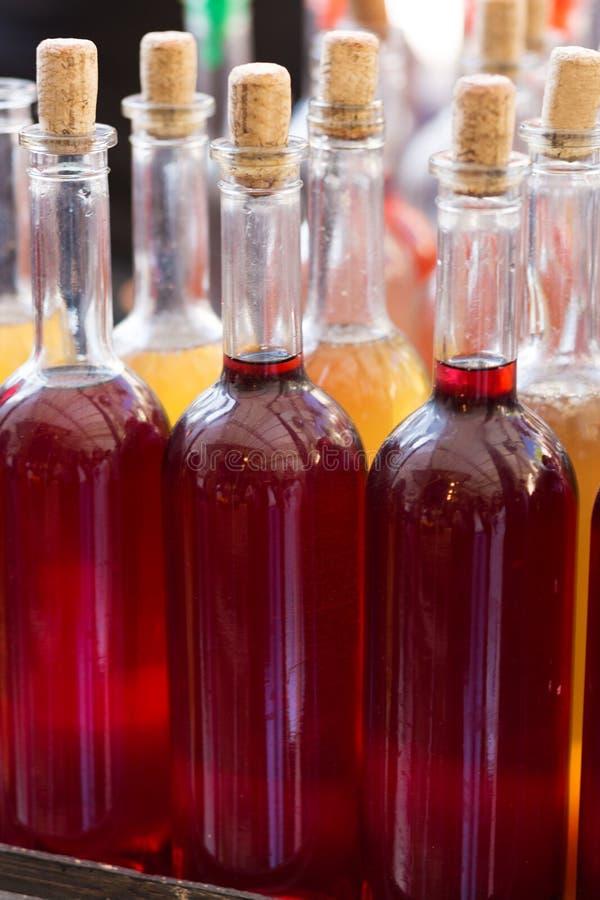 Μπουκάλια του κατ' οίκον γίνονταυ κρασιού στοκ εικόνα