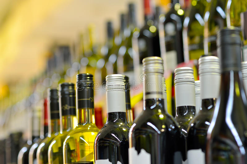 Μπουκάλια του κρασιού στις σειρές στοκ εικόνα