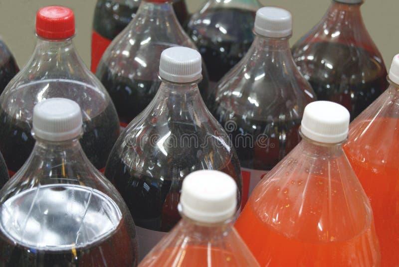 Μπουκάλια των αφρωδών ποτών Μη αλκοολούχα ποτά λοξευμένης στοκ φωτογραφίες με δικαίωμα ελεύθερης χρήσης