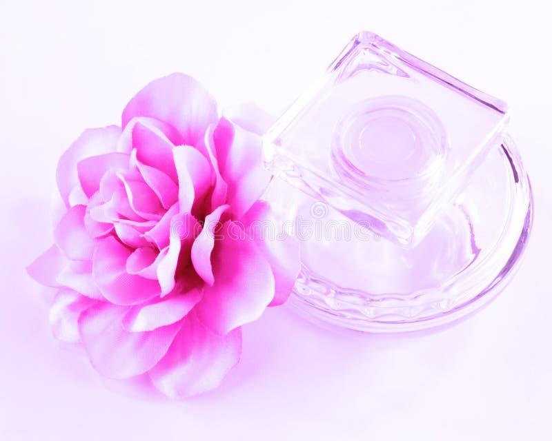 Μπουκάλι αρώματος και λουλούδι μεταξιού στοκ εικόνα με δικαίωμα ελεύθερης χρήσης