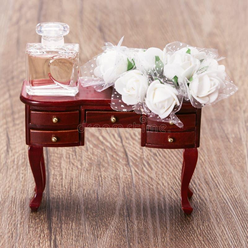 Μπουκάλι αρώματος με τα άσπρα λουλούδια στοκ εικόνα με δικαίωμα ελεύθερης χρήσης