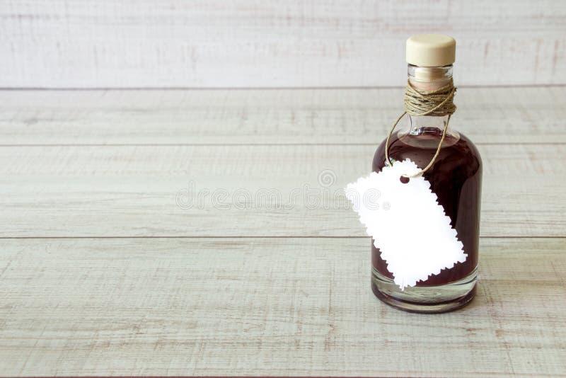 Μπουκάλι γυαλιού με ένα σκοτεινό υγρό στοκ εικόνα
