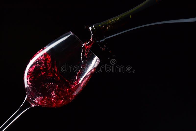 Μπουκάλι και γυαλί με το κόκκινο κρασί στοκ εικόνες με δικαίωμα ελεύθερης χρήσης