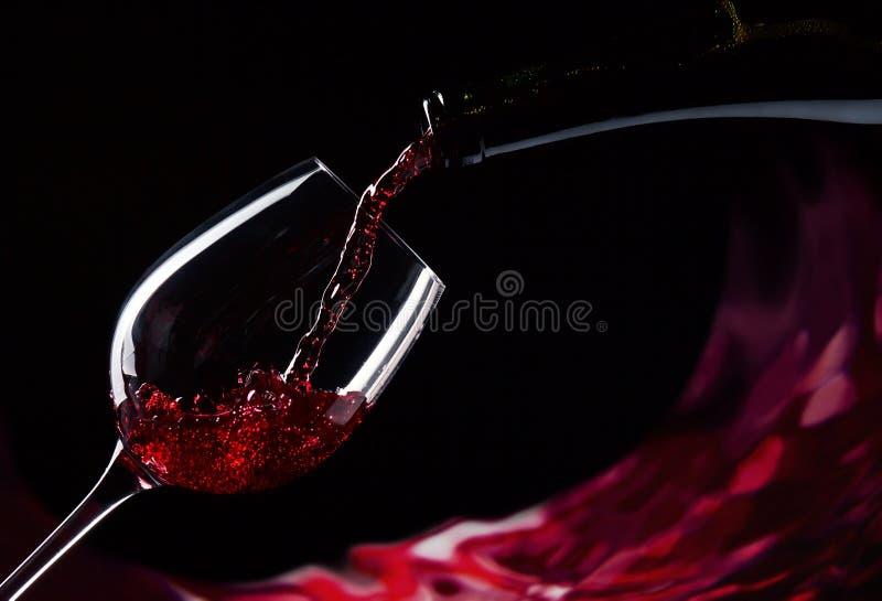 Μπουκάλι και γυαλί με το κόκκινο κρασί στοκ φωτογραφία με δικαίωμα ελεύθερης χρήσης