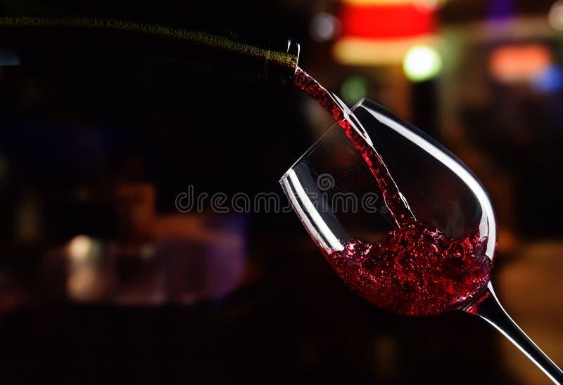 Μπουκάλι και γυαλί με το κόκκινο κρασί στοκ εικόνα