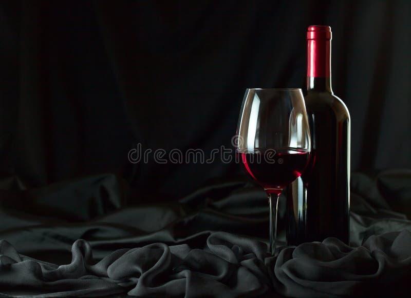 Μπουκάλι και γυαλί με το κόκκινο στοκ φωτογραφία με δικαίωμα ελεύθερης χρήσης
