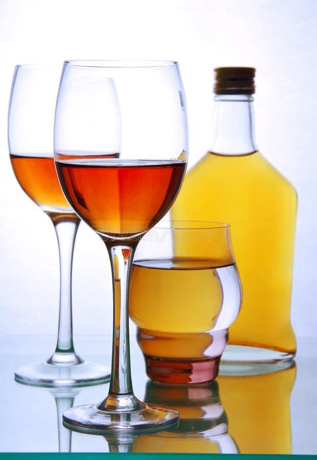 Μπουκάλι και γυαλιά με το οινόπνευμα. στοκ εικόνα με δικαίωμα ελεύθερης χρήσης