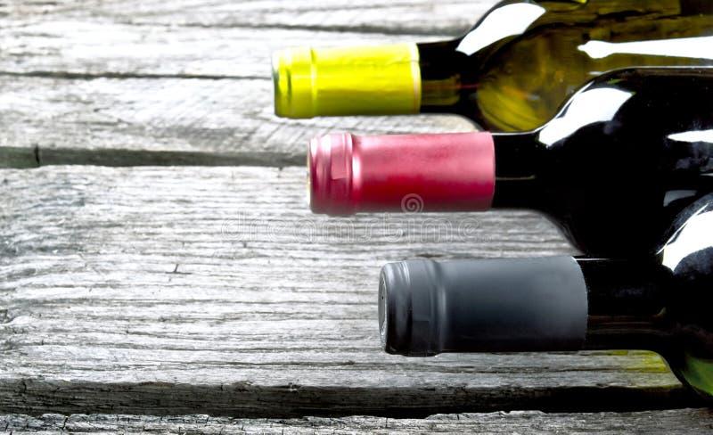 Μπουκάλι κρασιού σε ένα ξύλο στοκ εικόνες με δικαίωμα ελεύθερης χρήσης