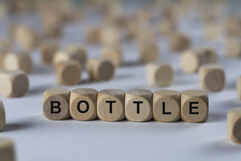 Μπουκάλι - κύβος με τις επιστολές, σημάδι με τους ξύλινους κύβους στοκ φωτογραφία με δικαίωμα ελεύθερης χρήσης