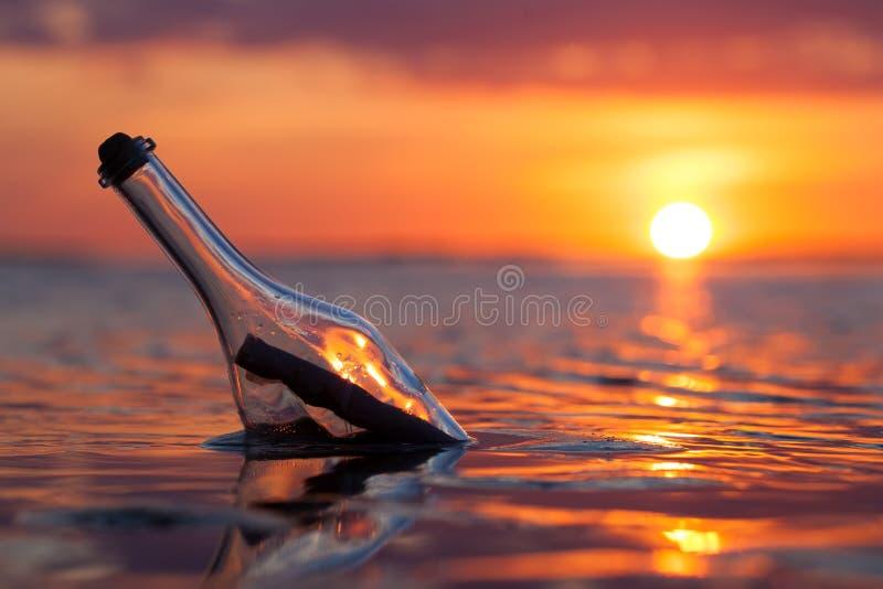 Μπουκάλι με ένα μήνυμα στη θάλασσα στοκ φωτογραφία