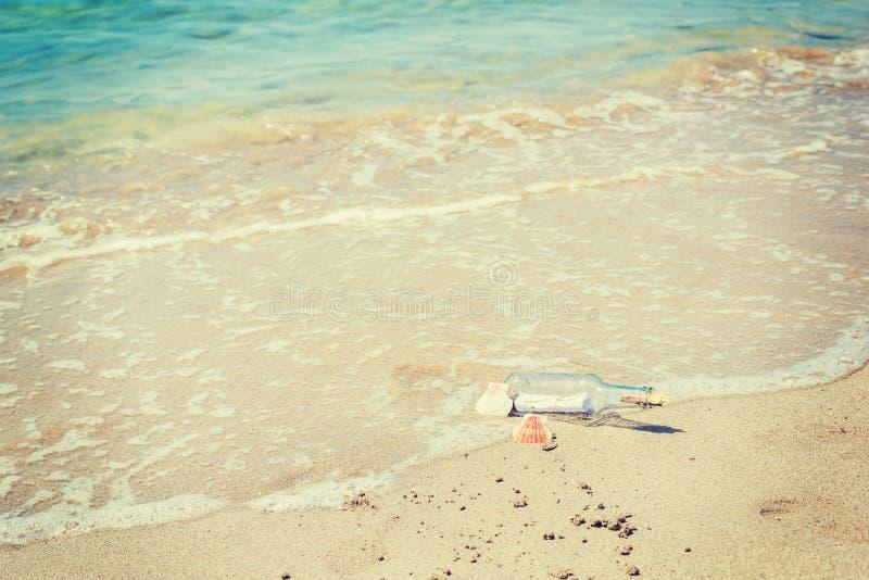 Μπουκάλι με το μήνυμα στην ακτή στοκ φωτογραφία