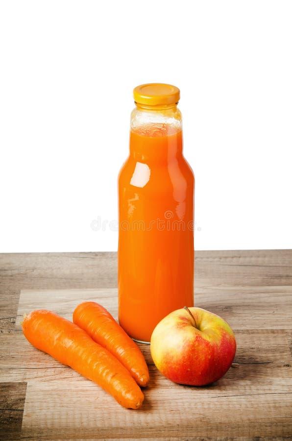 Μπουκάλι με το χυμό και το μήλο καρότων στοκ φωτογραφία με δικαίωμα ελεύθερης χρήσης