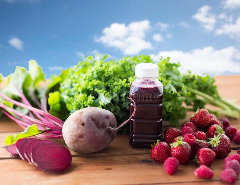 Μπουκάλι με το χυμό παντζαριών, φρούτα και λαχανικά στοκ φωτογραφίες