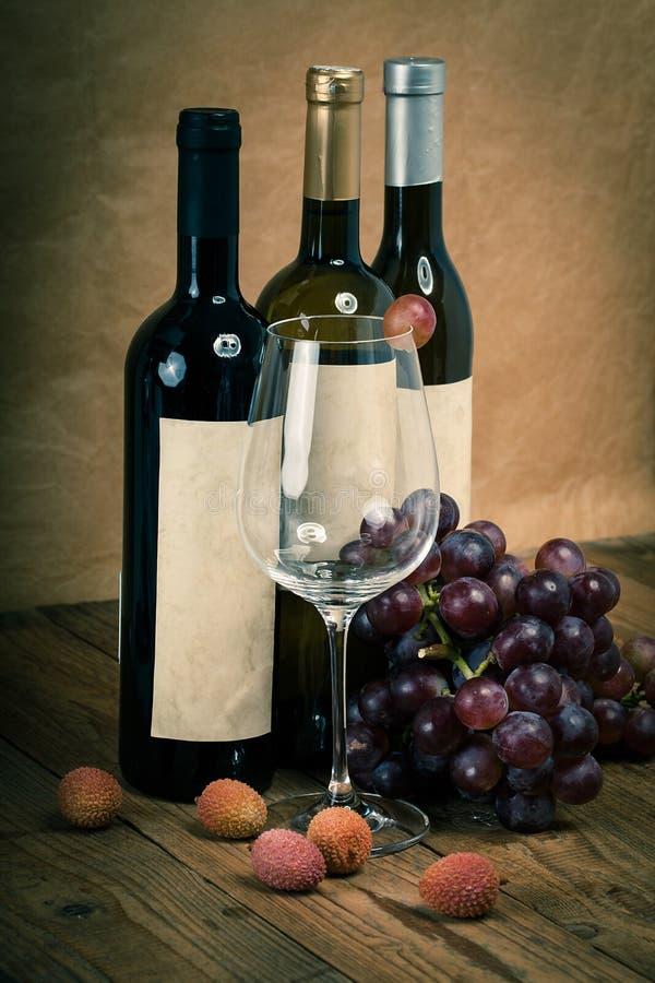 Μπουκάλι της αμπέλου με το γυαλί και τα σταφύλια κρασιού στοκ φωτογραφία με δικαίωμα ελεύθερης χρήσης