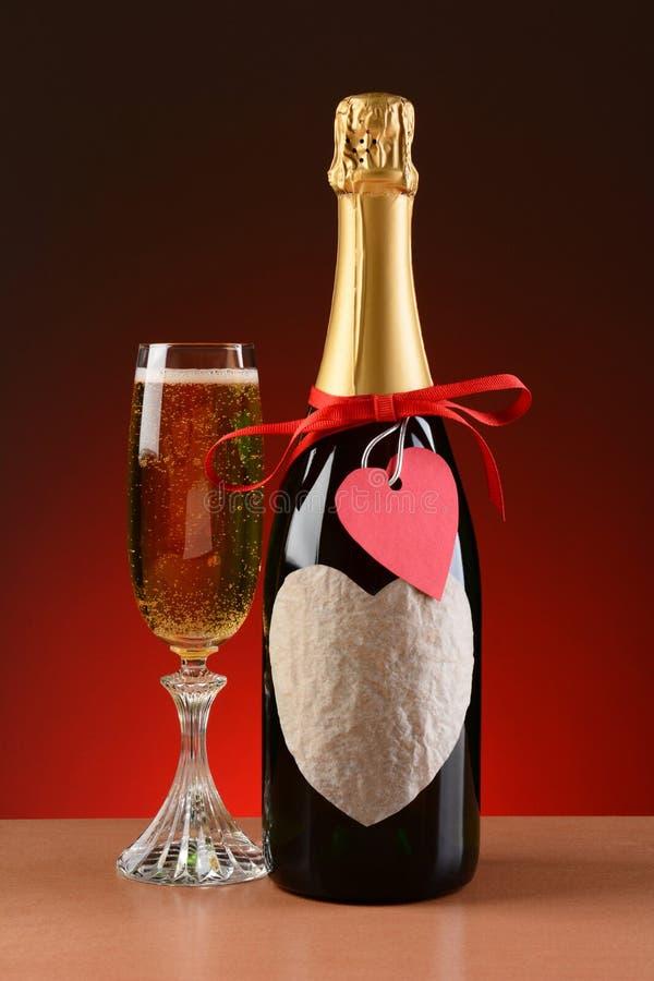 Μπουκάλι CHAMPAGNE που διακοσμείται για την ημέρα βαλεντίνων στοκ εικόνες