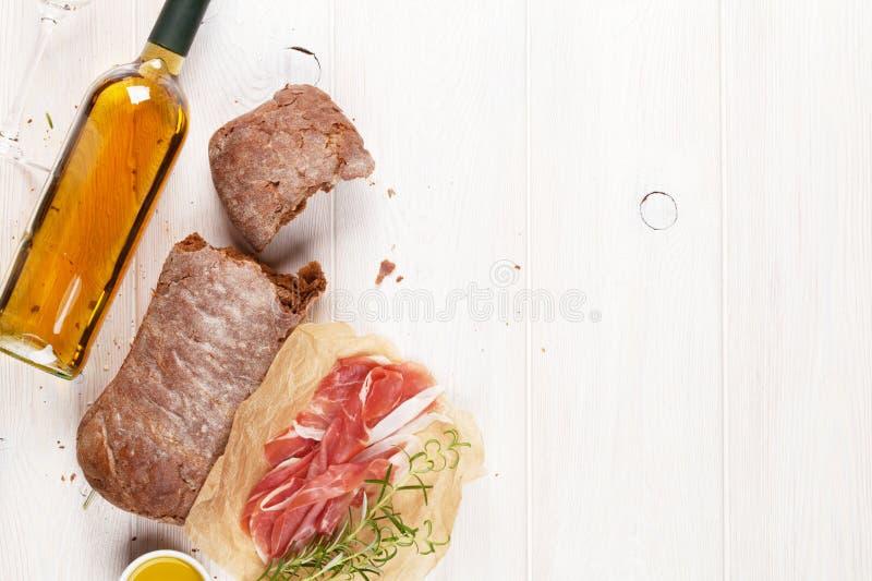 Μπουκάλι Prosciutto, ciabatta και κρασιού στοκ φωτογραφία με δικαίωμα ελεύθερης χρήσης