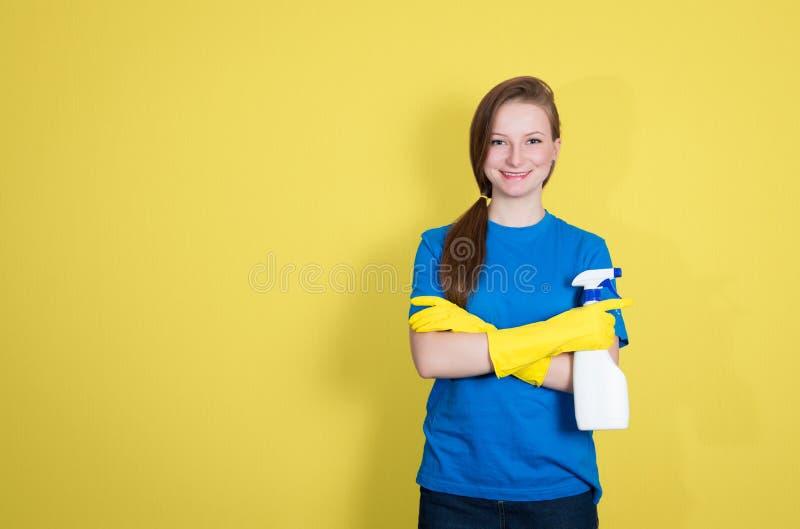 μπουκαλιών γυναίκα άνοιξη ψεκασμού καθαρισμού ευτυχής δείχνοντας βλασταίνοντας χαμογελώντας Καθαρίζοντας γυναίκα με τον καθαρισμό στοκ εικόνες