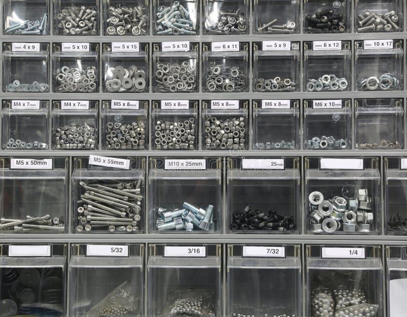 μπουλόνια και βίδες και καρύδια στο κατάστημα υλικού στοκ εικόνα με δικαίωμα ελεύθερης χρήσης