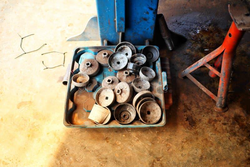 Μπουλόνια χάλυβα, κάλυψη φίλτρων πετρελαίου στο γκαράζ, βιομηχανικό στοκ φωτογραφία