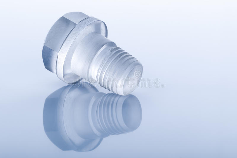 Μπουλόνι φιαγμένο από διαφανές πλαστικό στο μπλε στοκ εικόνες