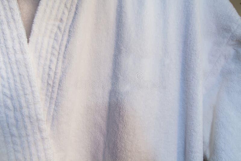 Μπουρνούζι στο ντουλάπι στη SPA αποδυτηρίου στοκ φωτογραφία με δικαίωμα ελεύθερης χρήσης